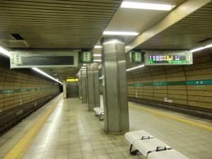 板宿駅新型発車標稼働開始、北神7000系試運転